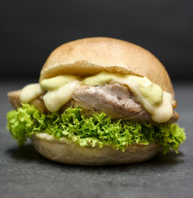 JetDine Menu F8 - mini chicken burger with mozarella and pesto mayo