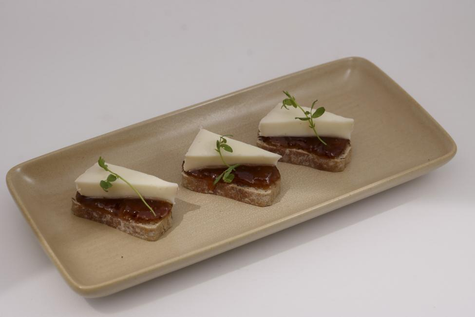 JetDine Menu F3 - Canapé with semi-soft cheese and fig jam